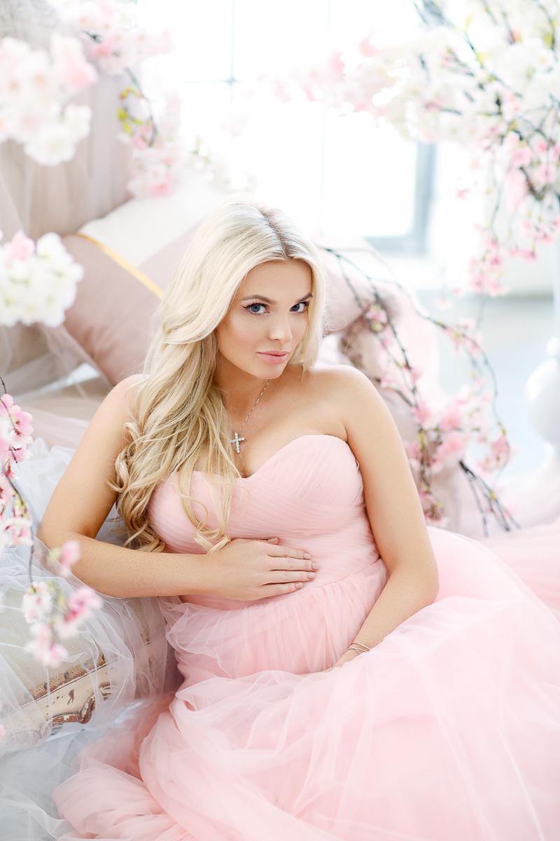 Прекрасный образ мадонны в нежно-розовом платье