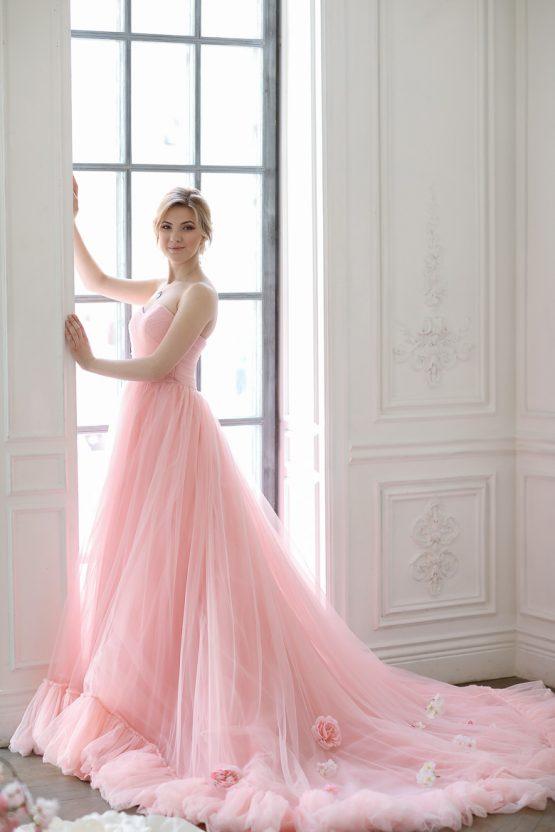 Стройная блондинка в элегантном пастельно розовом платье