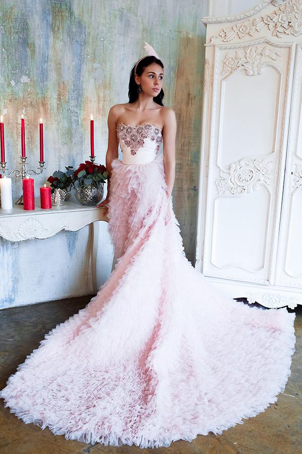 Нежно-розовое платье с красивым лифом