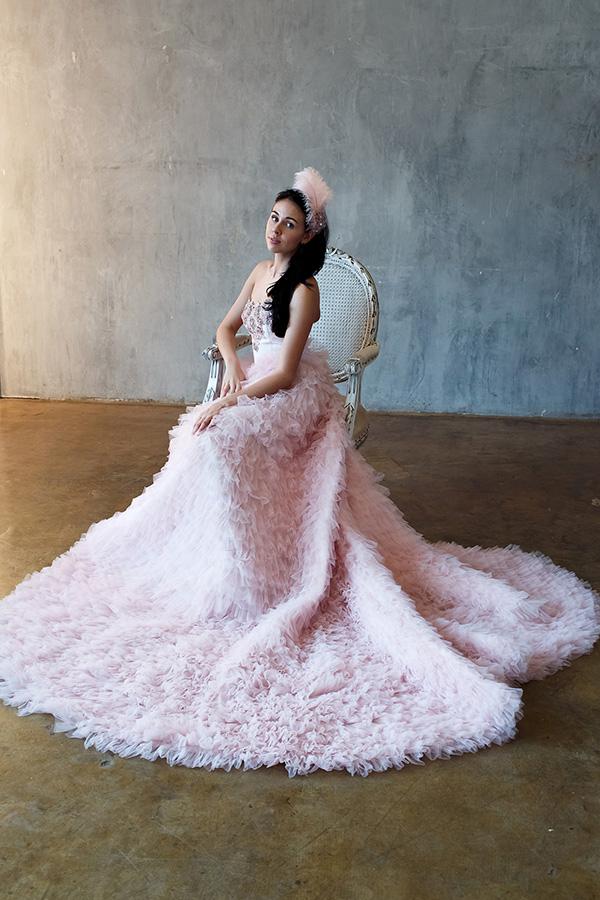 Платье светлого пурпурно-розового оттенка с длинным шлейфом