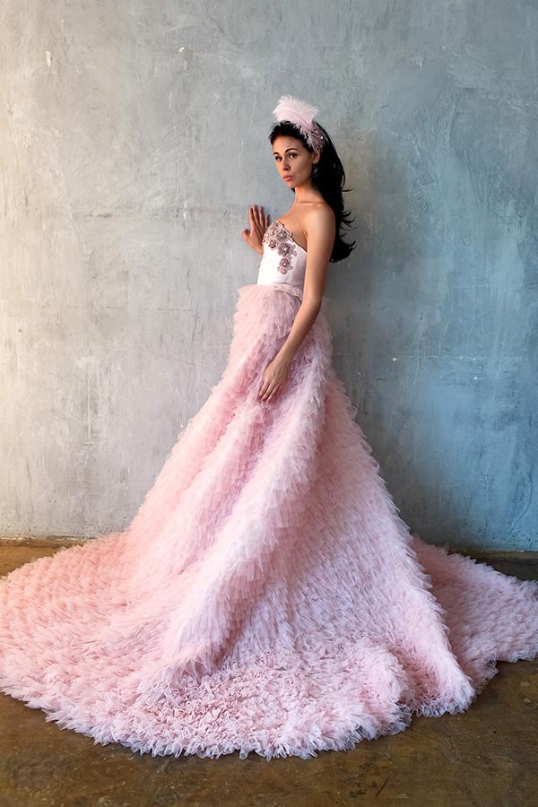 Модель в экстравагантном платье со множеством оборок