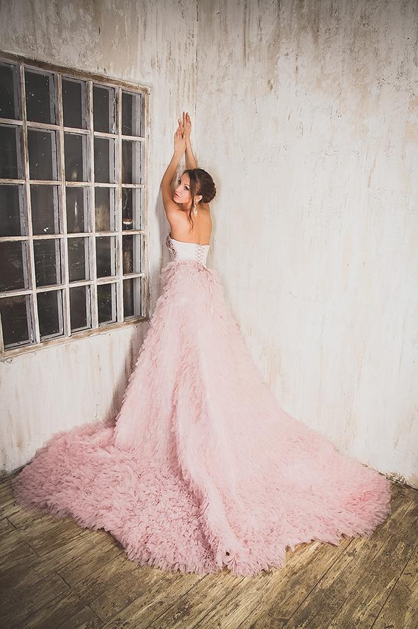 Фотосессия модели в пышном платье