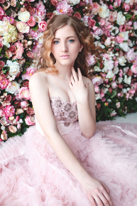 Фотосессия в розовом платье на фоне цветов