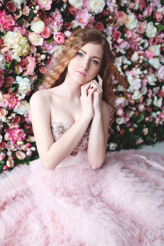 Пышное платье с длинным шлейфом в розовом цвете