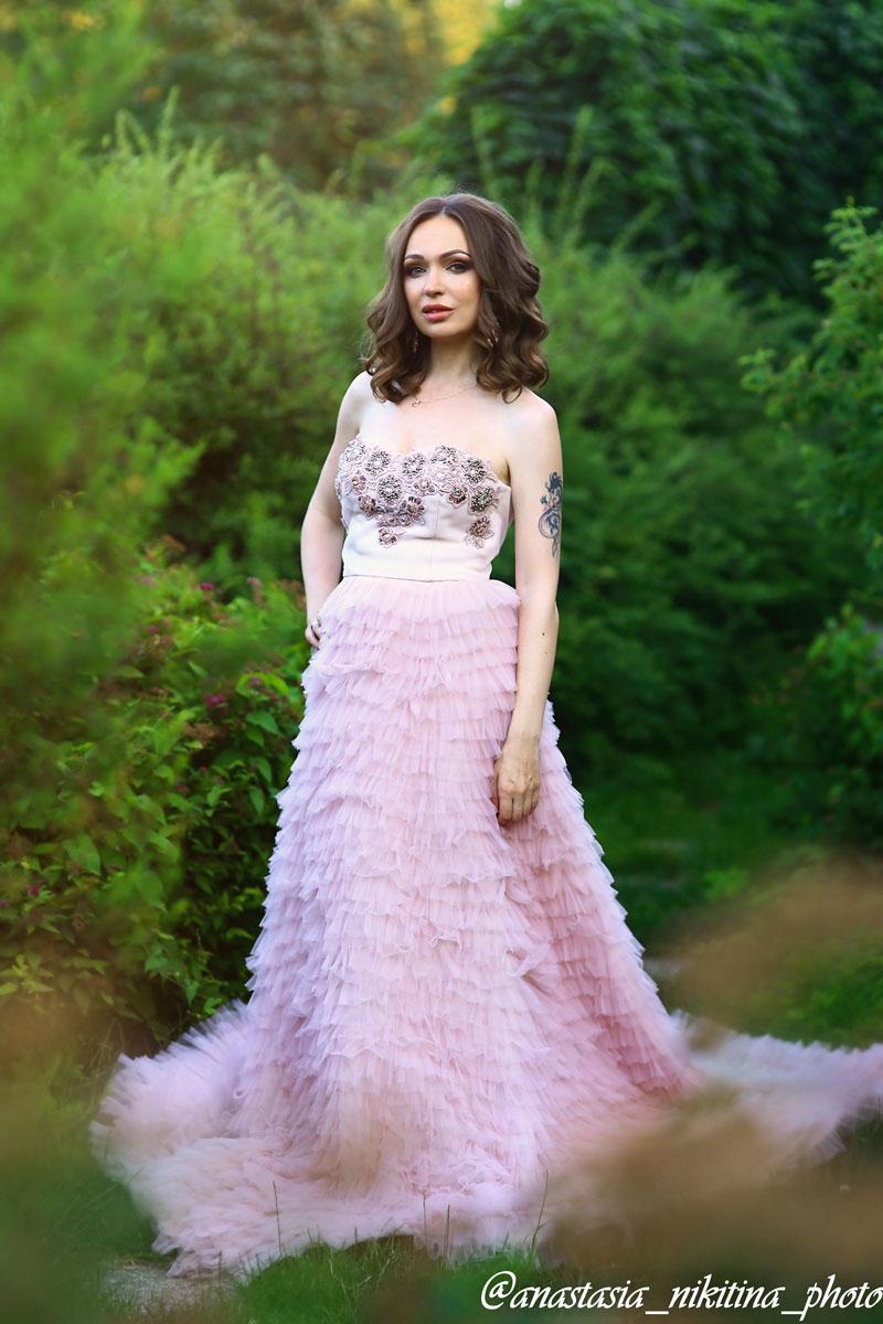 Нежно-розовое платье с объемной юбкой