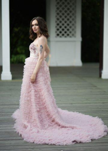 Легкое платье розового цвета со множеством оборок