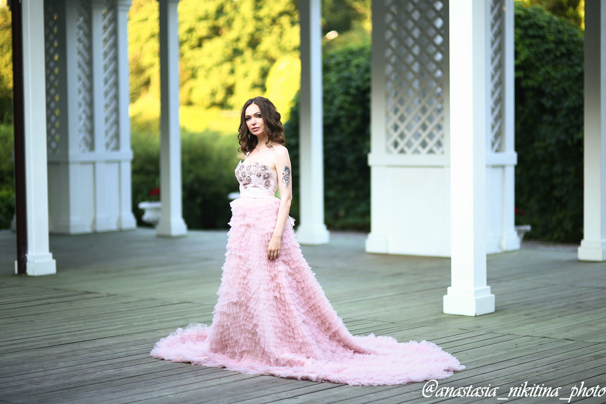 Воздушное платье розового цвета