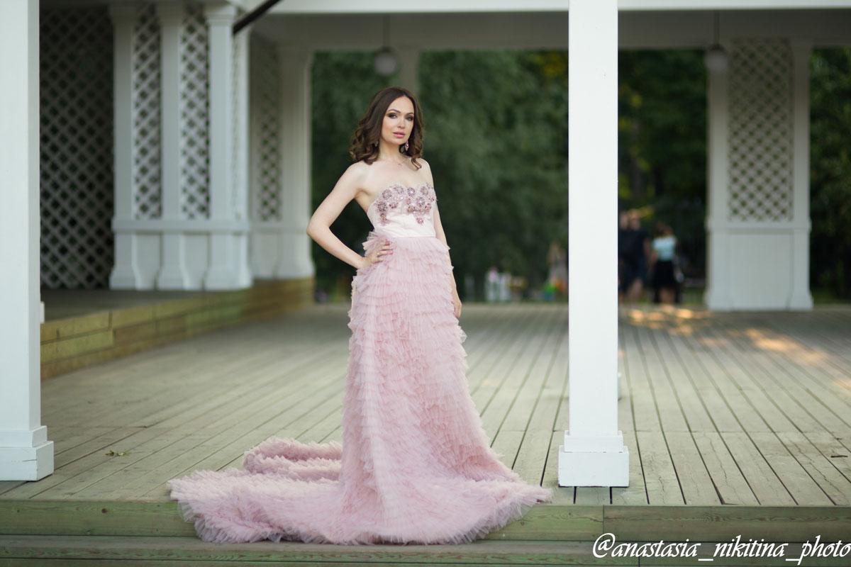 Светло-розовое платье с открытым верхом