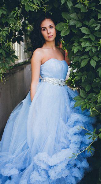 Пышное платье-облако нежно-голубого цвета