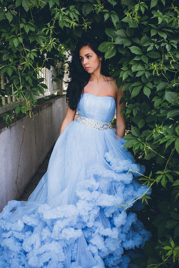 Голубое платье-облако с широким блестящим поясом