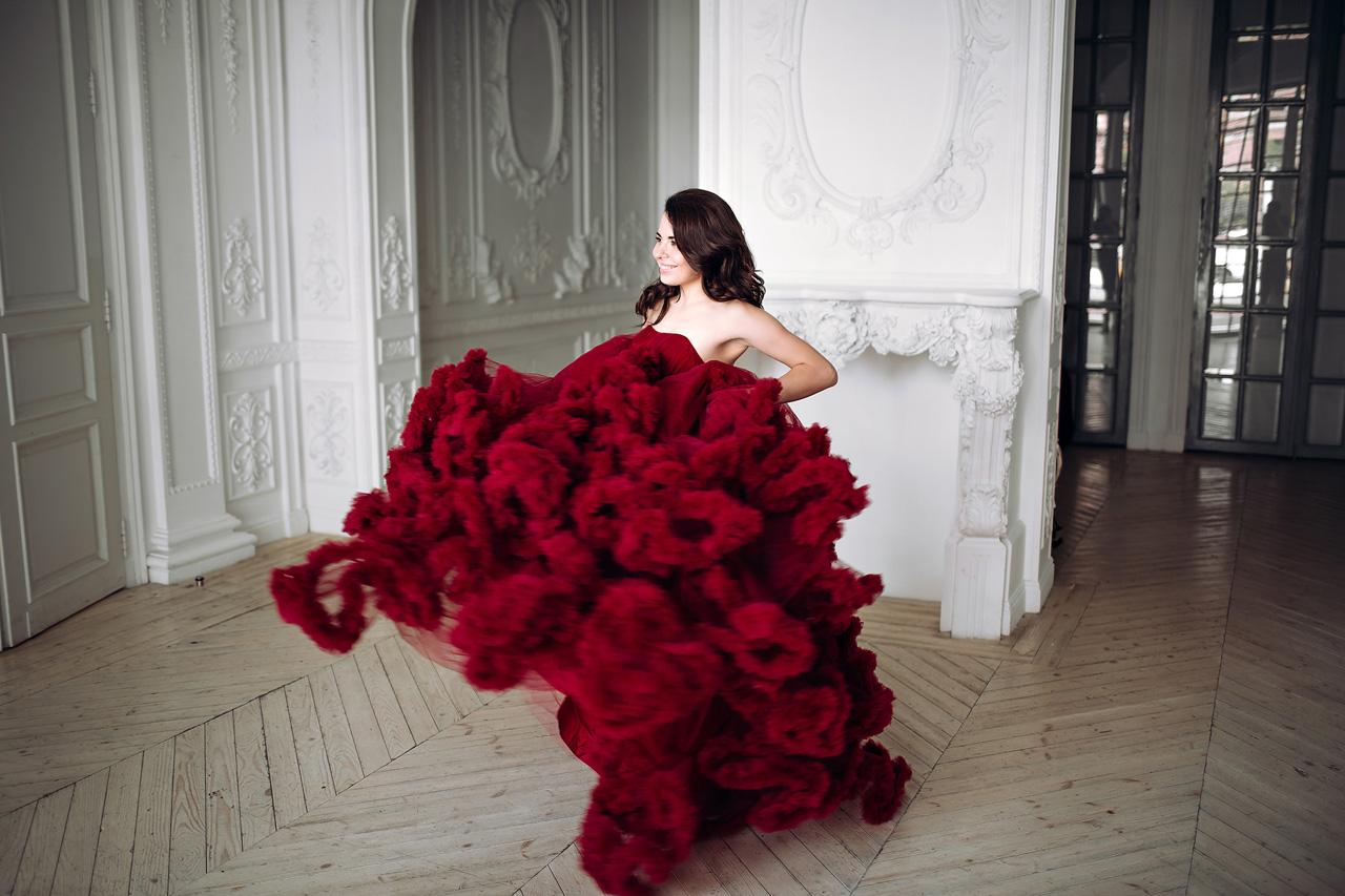 Фотосессия в платье-облаке бордового цвета