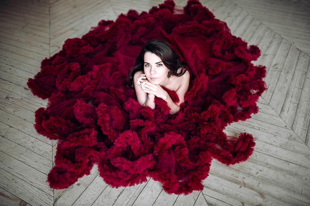 Модель в платье цвета спелой вишни