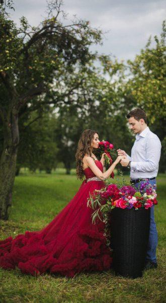 Романтическая фотосессия влюбленной пары на природе