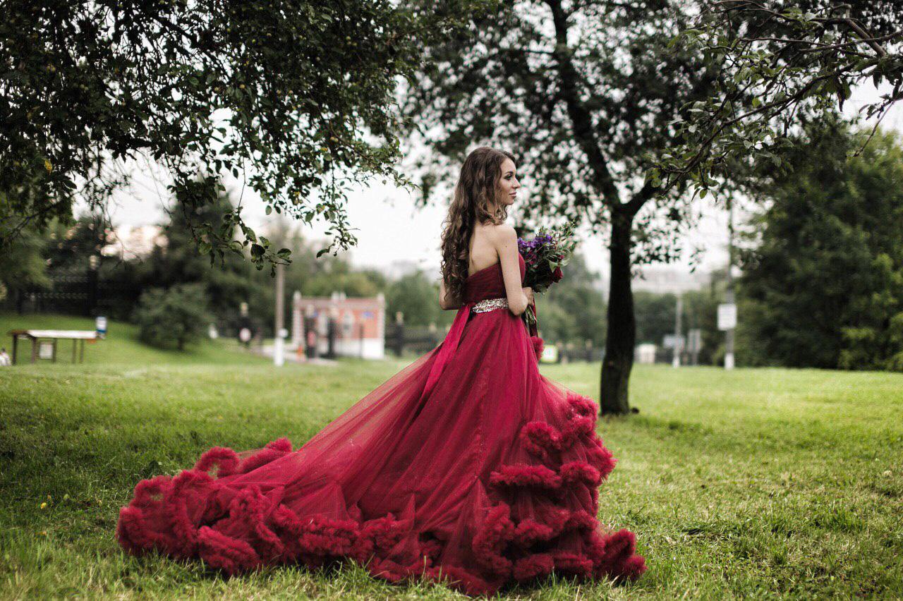 Бордовое платье-облако напрокат