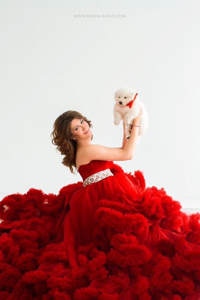 Интересная фотосессия в ярком платье с белоснежными щенками