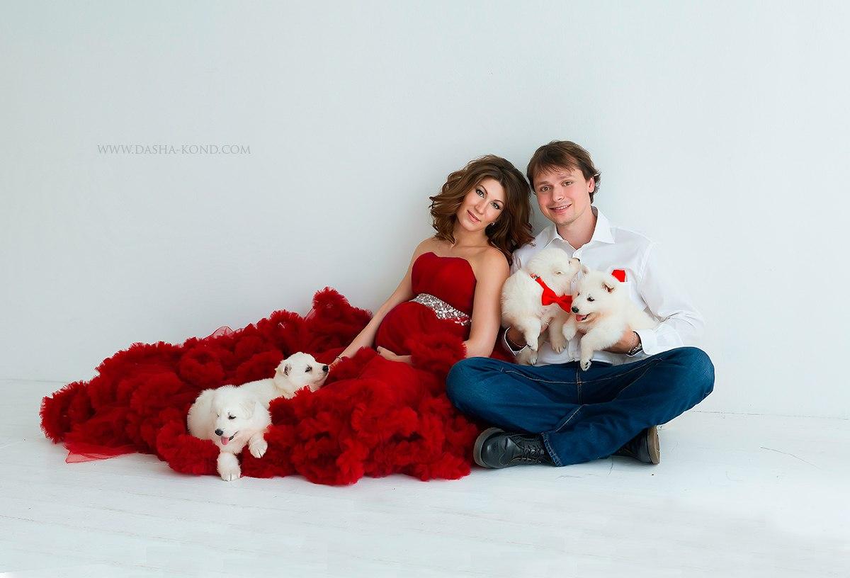 Семейная фотосессия со щенками белой овчарки