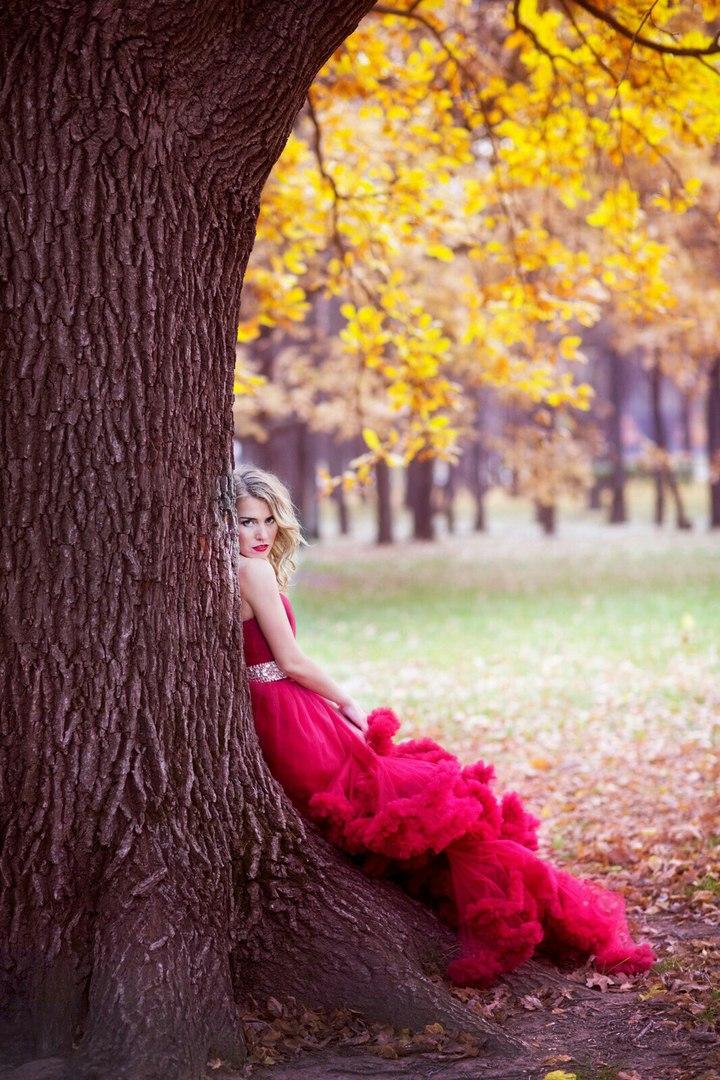 Дерзкий образ роковой красавицы в ярком платье в стиле Кармен