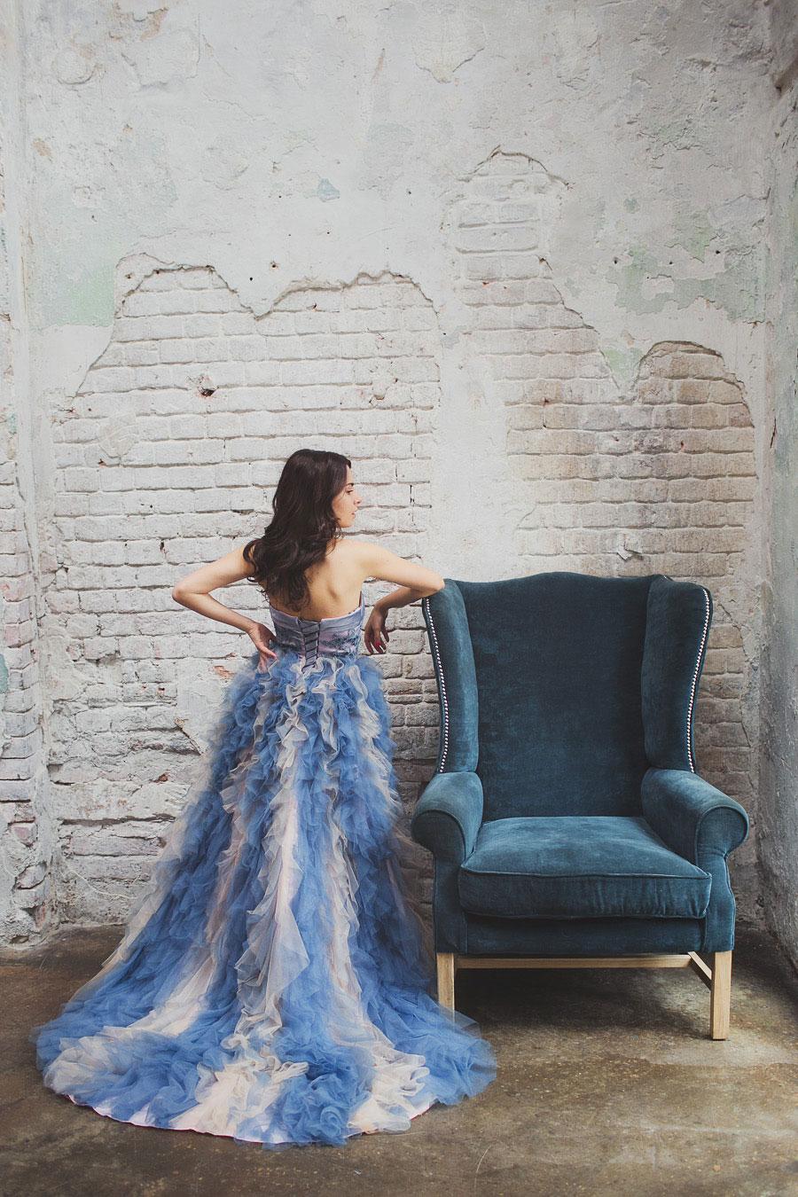 Платье без бретелей и длинным шлейфом
