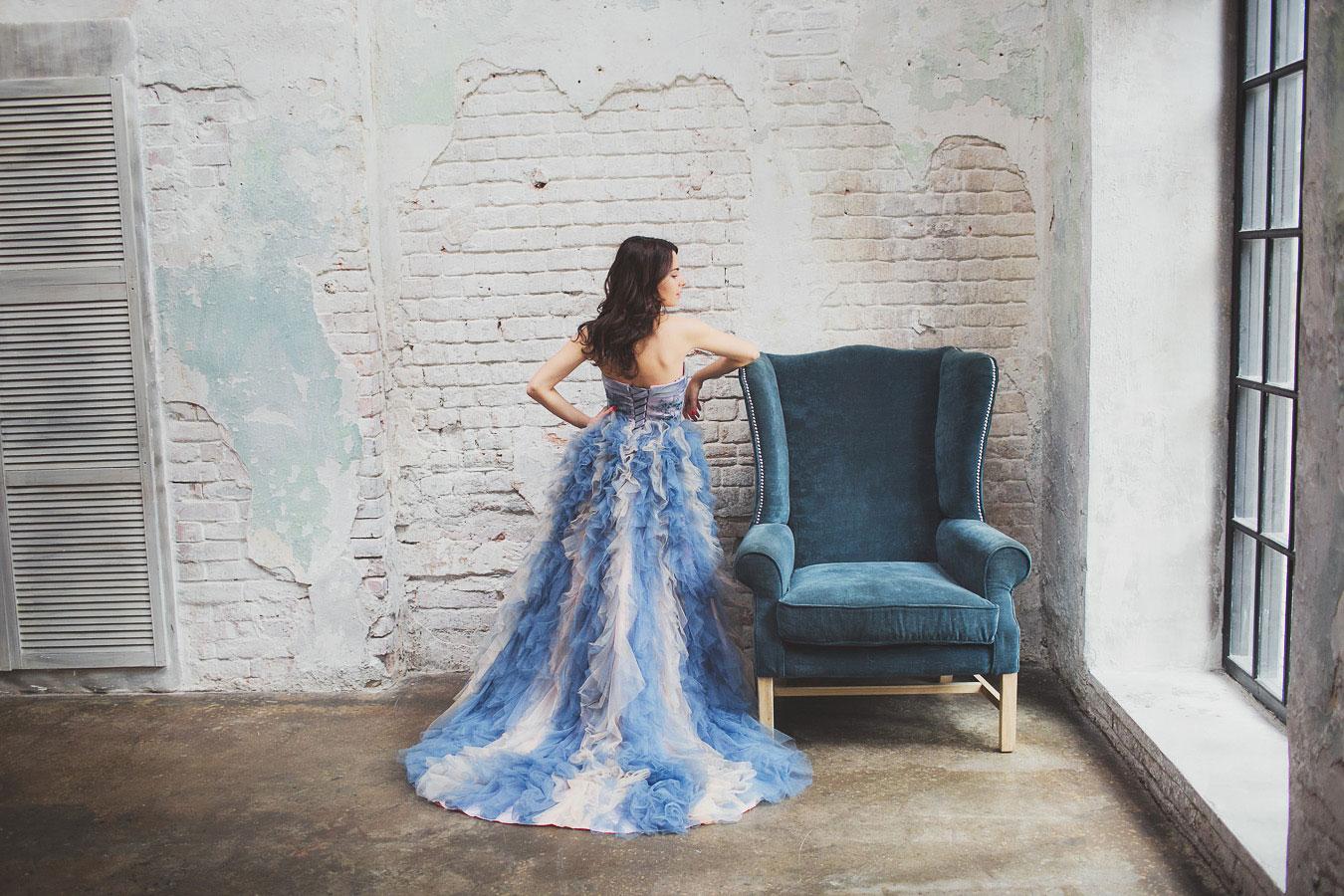 Платье для фотосессии с пышной юбкой бело-голубого цвета