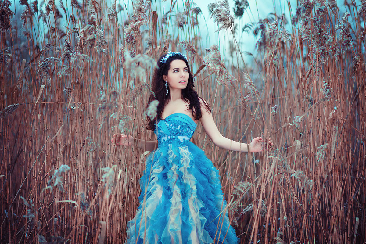 Сказочная фотосессия брюнетки в пшеничном поле