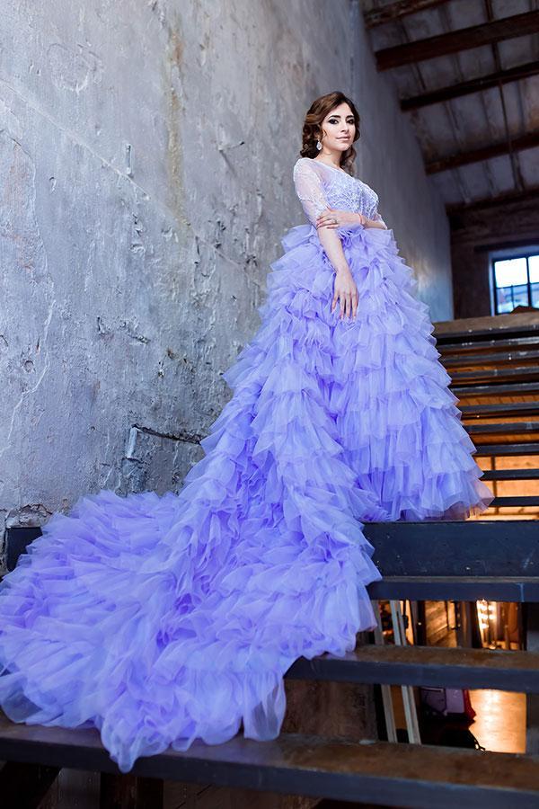 Сиреневое платье с длинным шлейфом