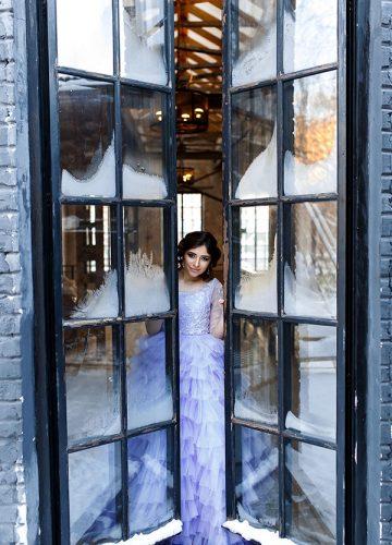 Фиолетовое пышное платье для студийной съемки