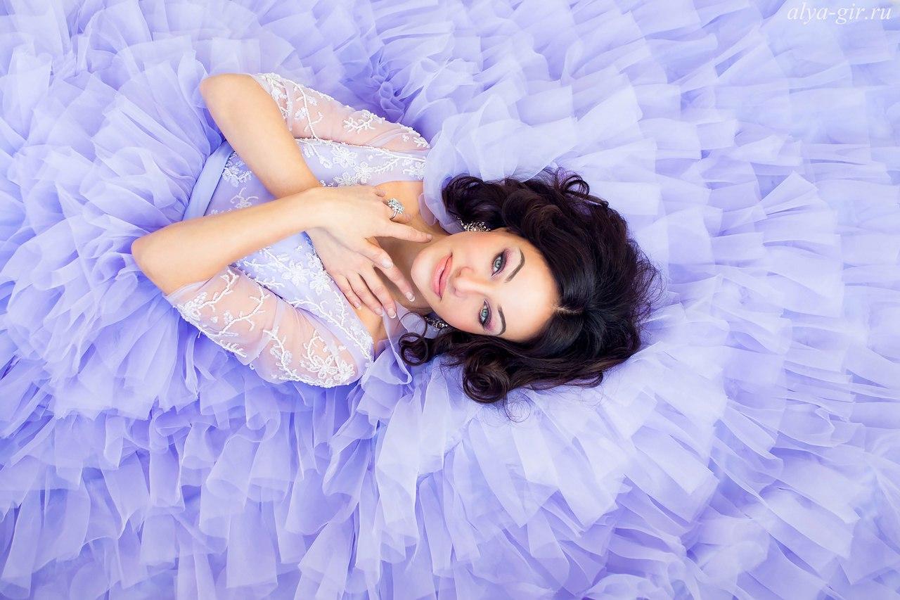Пышной платье лазурного цвета с дизайнерской юбкой