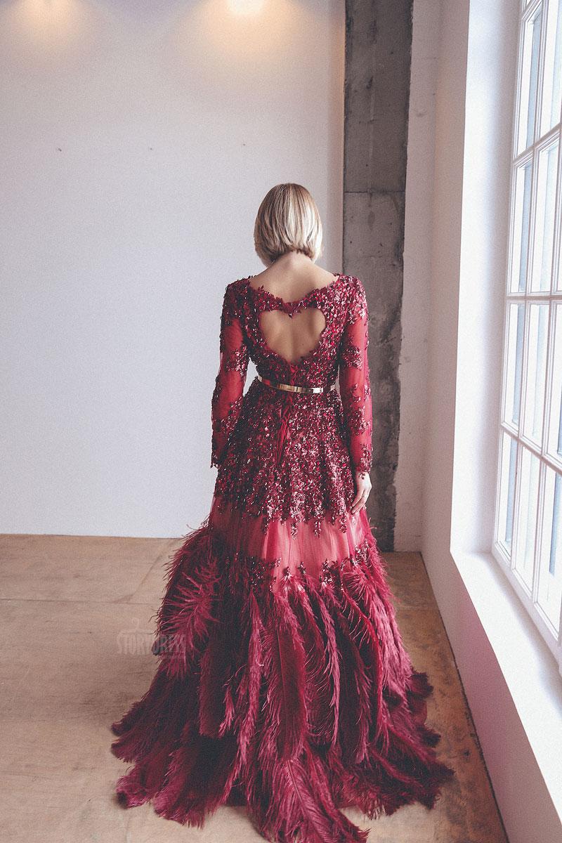 Роскошное платье с перьями бордового цвета