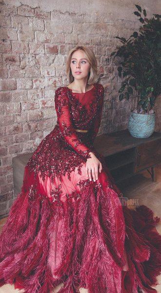Красное платье со страусиными перьями