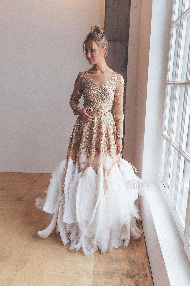Красивое платье с большими перьями