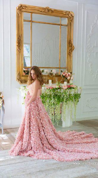 Фотосессия молодой женщины в розовом платье для беременных
