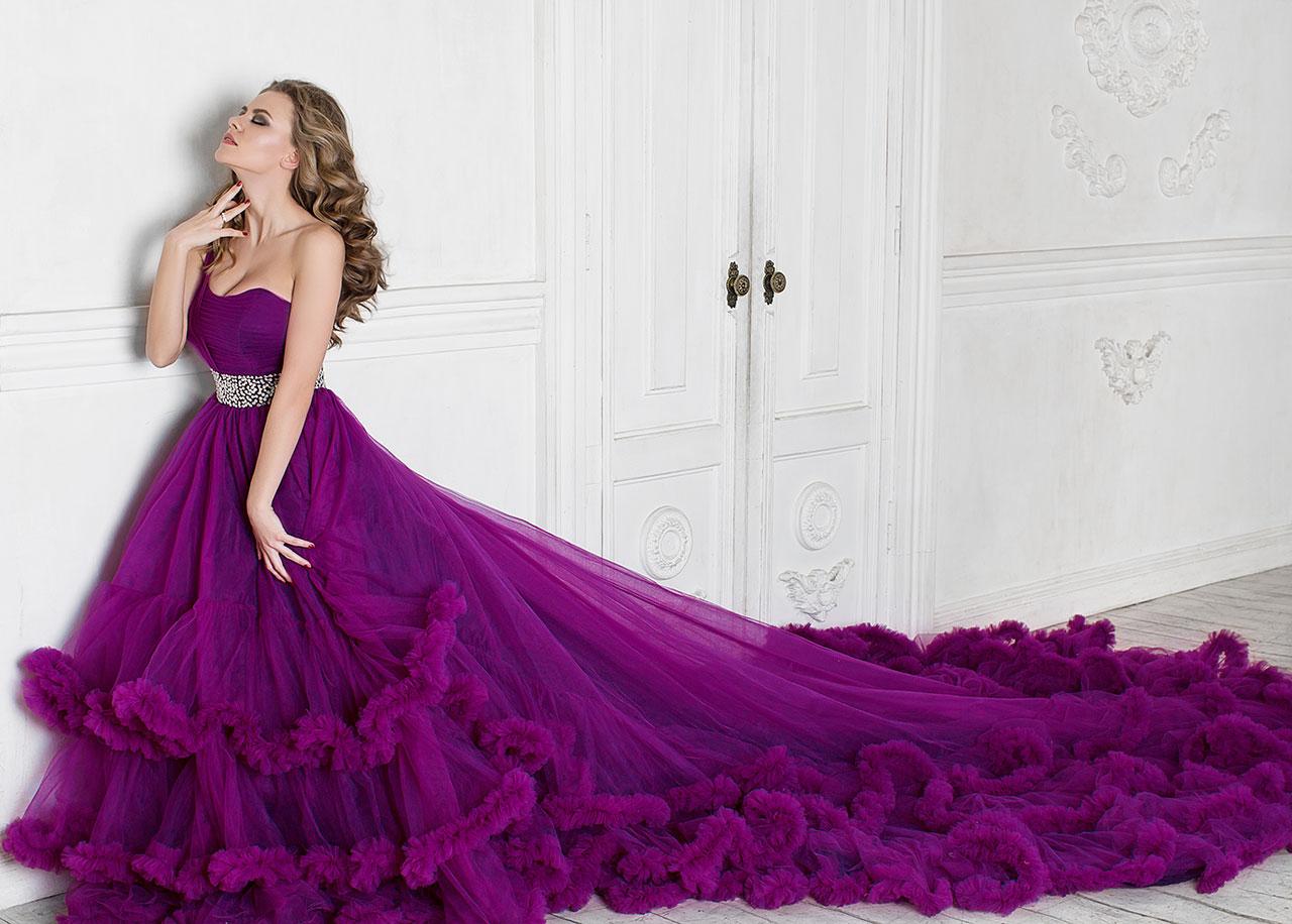 Необыкновенной красоты вечернее платье баклажанового цвета
