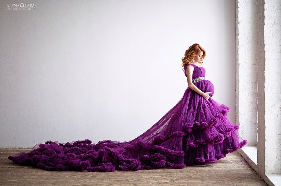 Платье для беременных фиолетового цвета со шлейфом