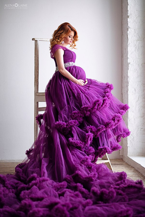 Беременная девушка в пышном платье-облаке