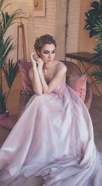 Пышное платье с глубоким декольте и топом без рукавов