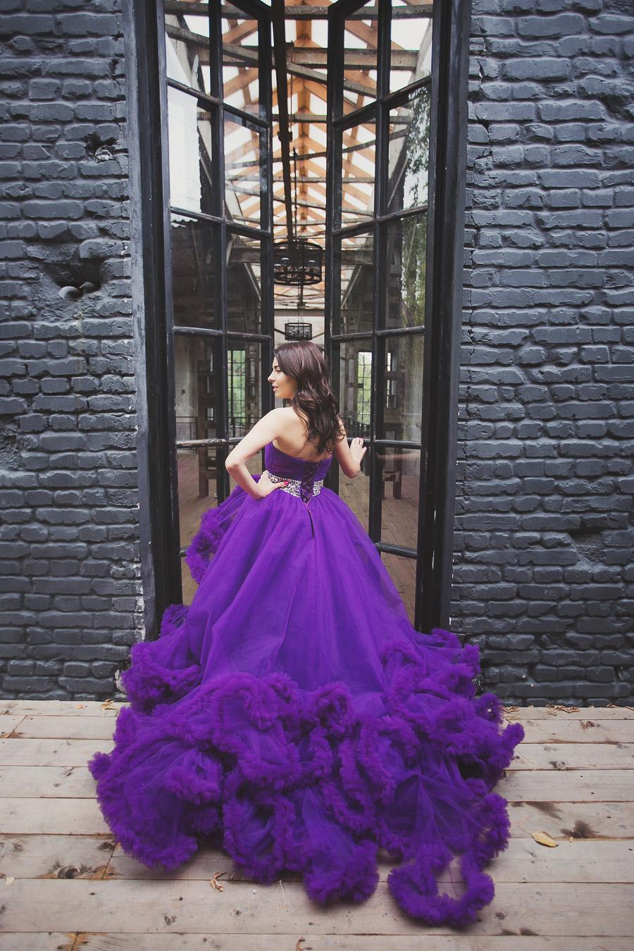 Пышное платье на фоне стены в стиле лофт