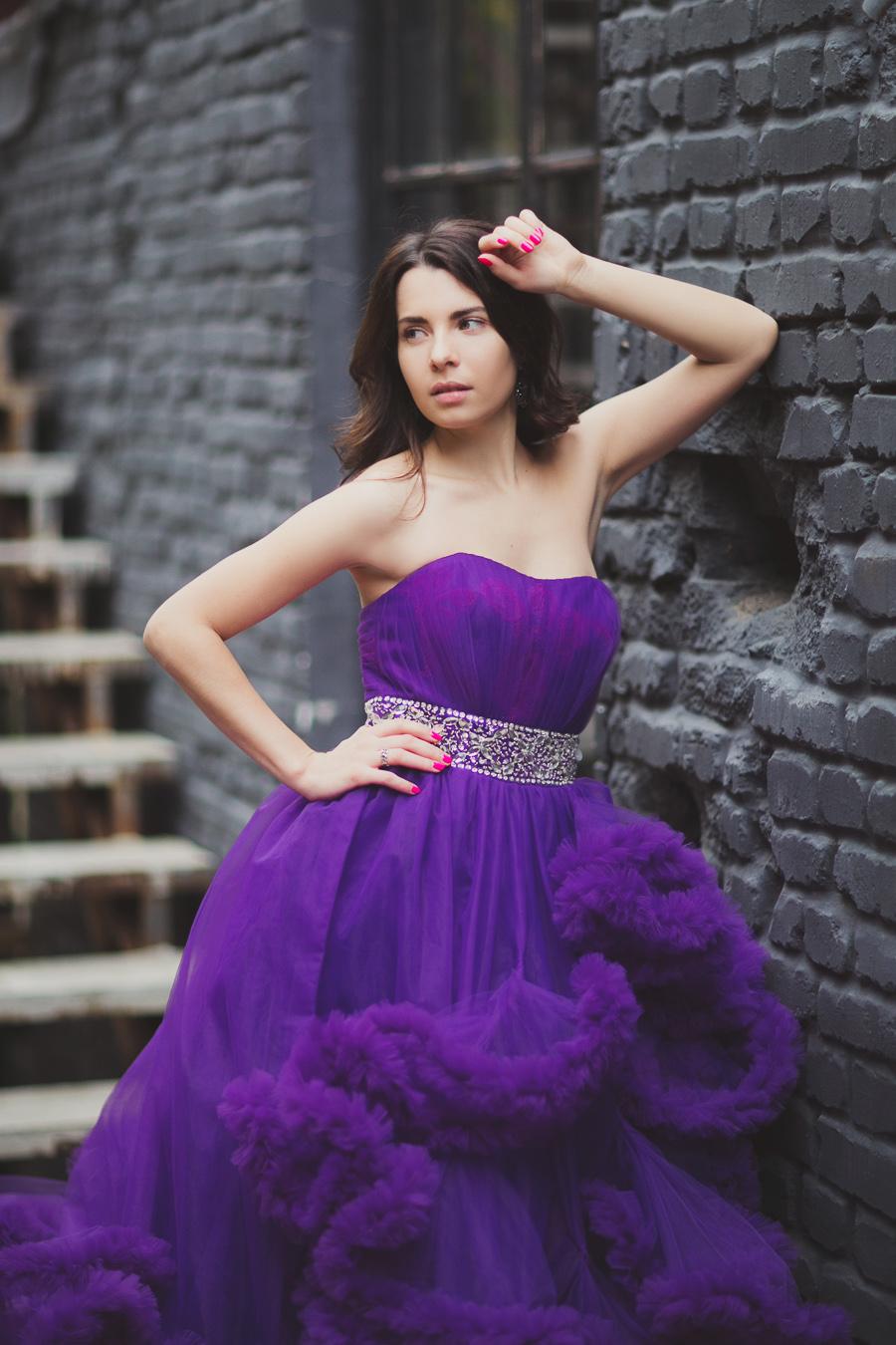 Фиолетовое пышное платье-облако А-образного силуэта в фотосессии