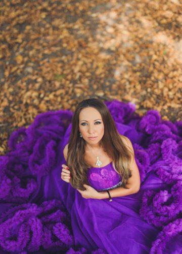 Фотосессия в ярко-фиолетовом пышном платье