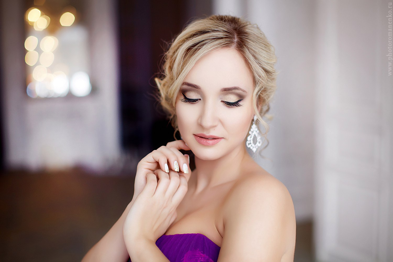Образ для студийной фотосессии в фиолетовом платье