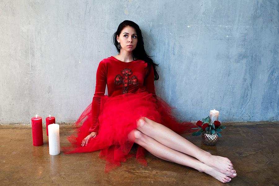 Яркое красное платье с крестом