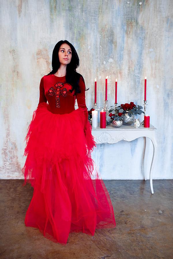 Необычный образ модели в ярко-красном платье с крестом