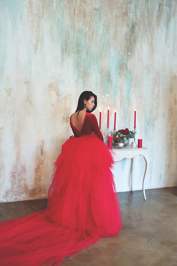 Фотосессия в пышном красном платье со свечами