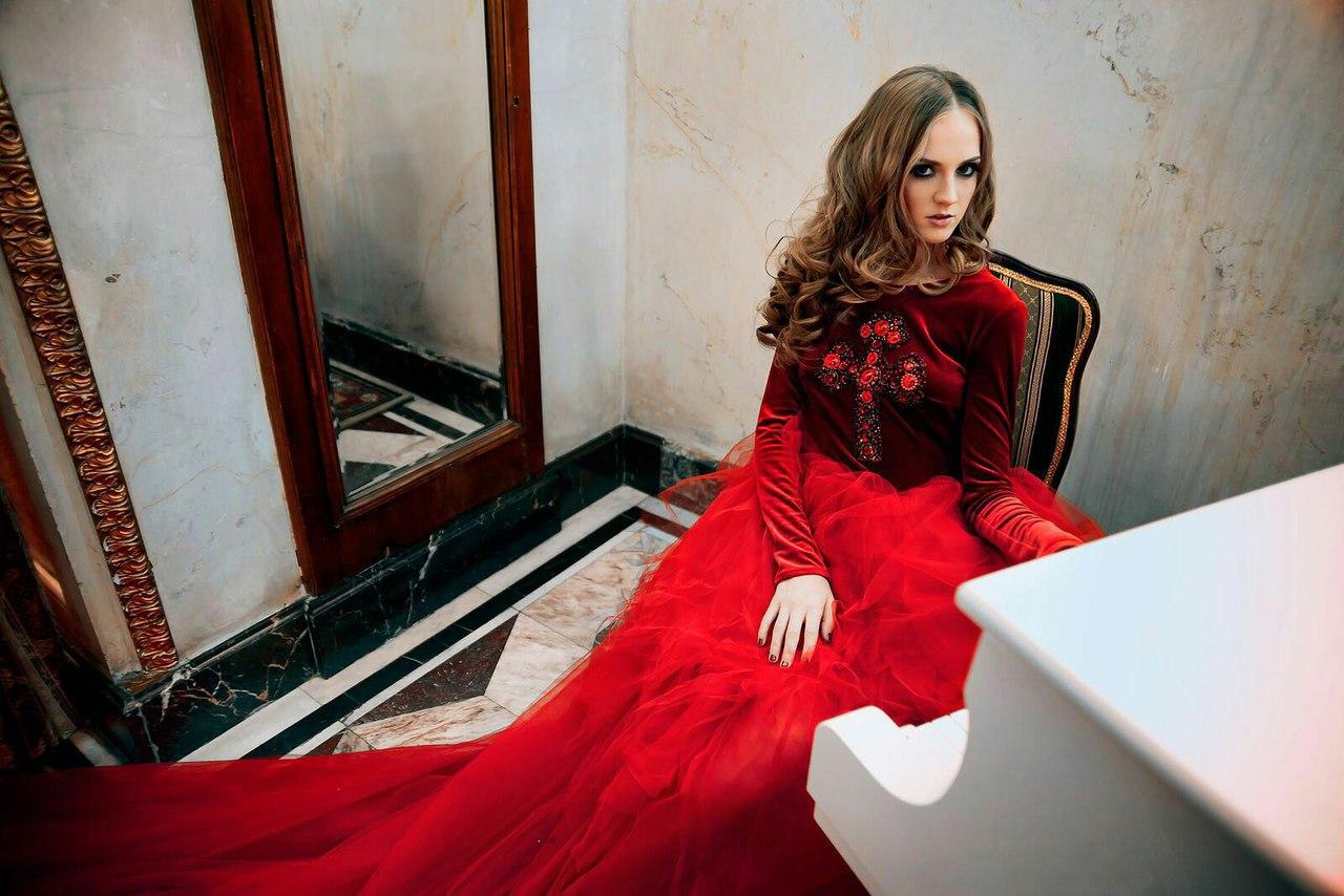 Красное платье с крестом