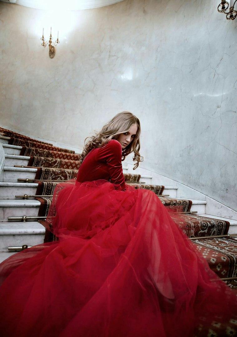 Фотосессия в платье насыщенных бордовых тонов