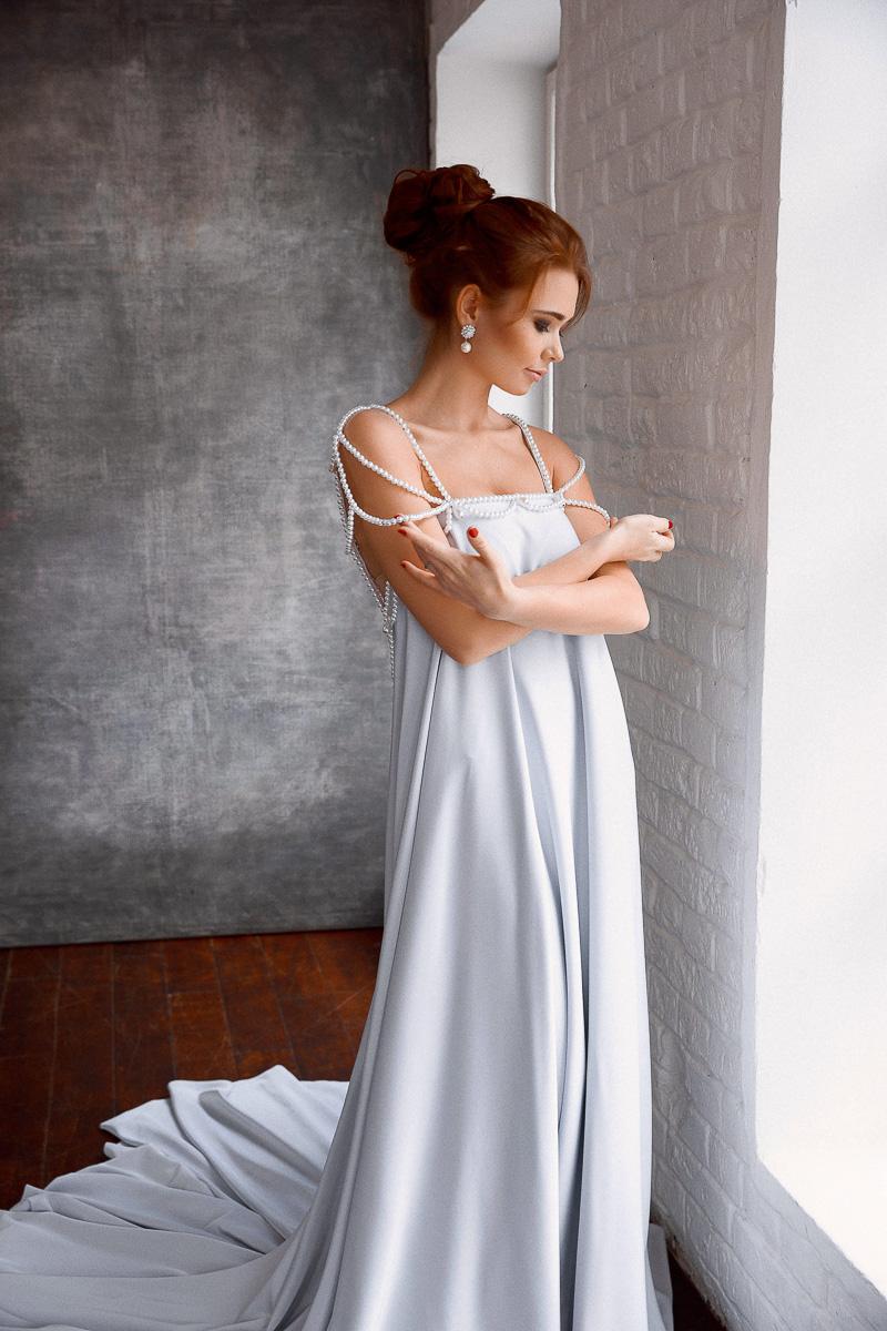 Шикарное платье с бретелями из бусин жемчуга