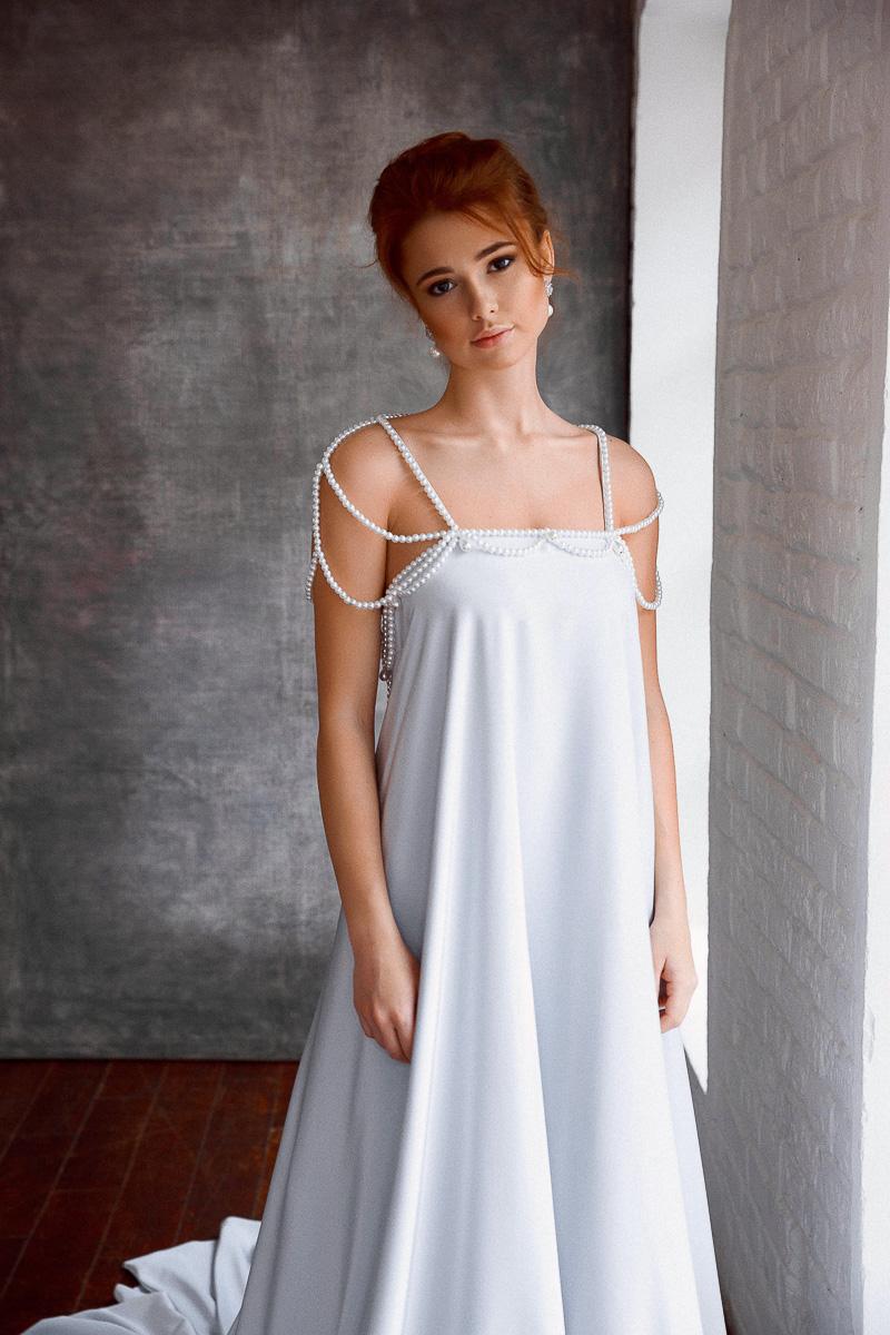 Белое платье с бретельками