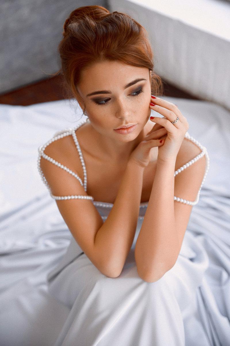 Платье с жемчужными бусами на нитях