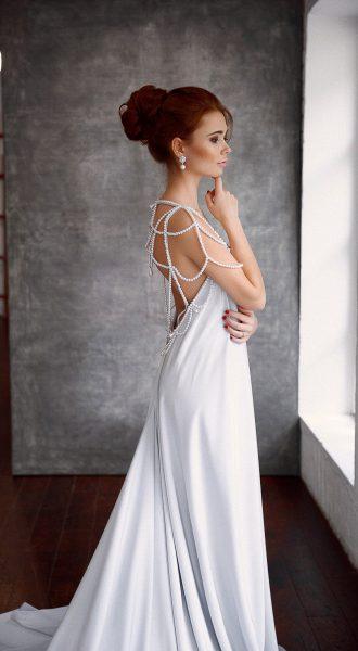 Платье с открытой спиной и жемчужными бусами Silver Pearls