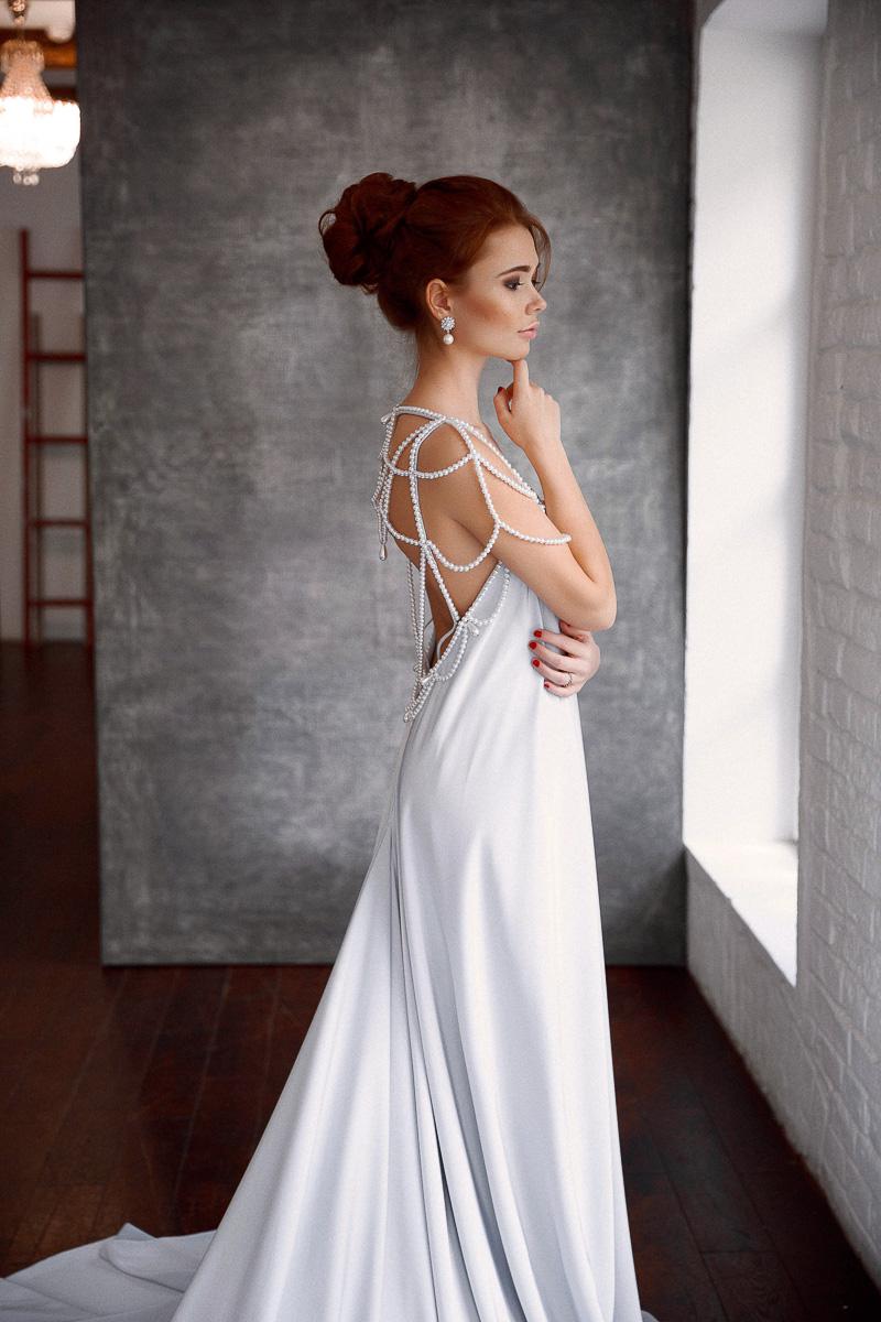 Платье с открытой спиной и жемчужными бусами