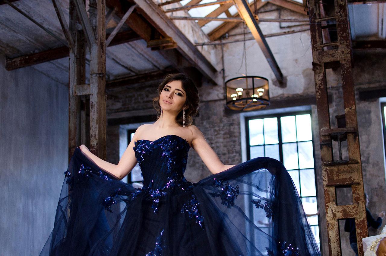 Синее платье потрясающей красоты